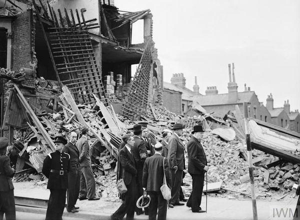 Le Premier ministre britannique Winston Churchill observant les destructions dans l'East End, à Londres, le 8 septembre 1940, au lendemain des premiers bombardements allemands.