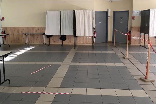 En raison de la situation sanitaire actuelle, des mesures exceptionnelles ont été mises en place afin d'assurer un second tour des élections municipales en toute sécurité. Ici, dans un bureau à Cagnes-sur-Mer, le sens de circulation.