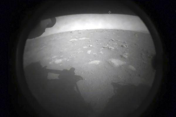 La toute première photo envoyée depuis Mars, par le rover de la NASA, Perseverance, qui a réussi son attérrissage dans le cratère Jezero le 18 février 2021