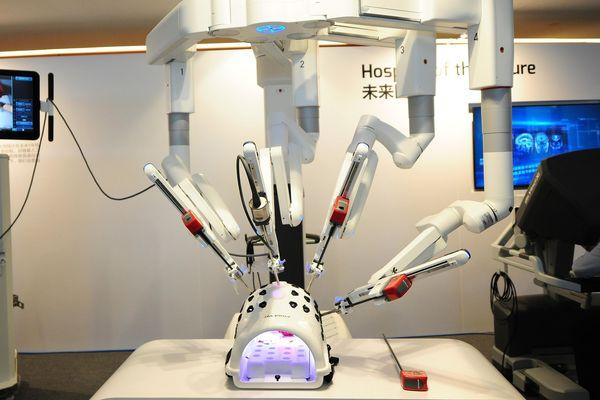 Le robot Da Vinci, lors de sa présentation en Chine en 2019