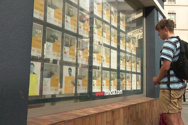 Des centaines d'étudiants à la recherche d'un logement dans l'agglomération grenobloise.