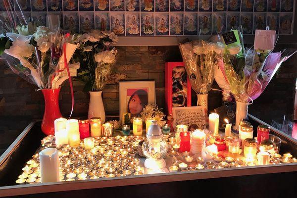 L'autel de la pagode, parsemé de bougies et même d'une poupée.