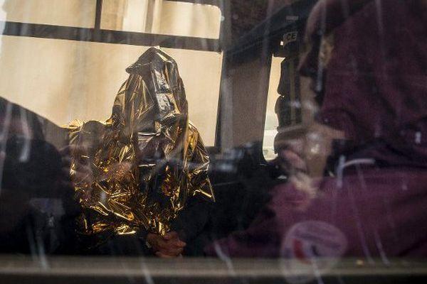 Arrivée de Myriam Badaoui, visage dissimulé, à la cour d'assises de Rennes