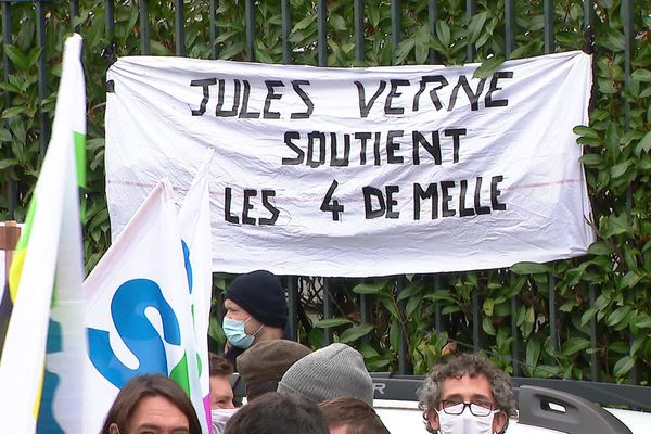 Près de 500 personnes se mobilisent pour soutenir quatre professeurs du Lycée Desfonfaines de Melle.