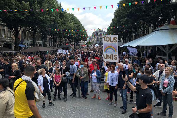 Le cortège anti-pass sanitaire n'a cessé de grossir jusqu'à atteindre les 2000 manifestants au bout de deux heures de mobilisation à Reims ce samedi 17 juillet 2021.