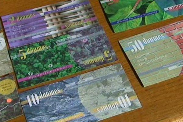 Les billets de 1, 2, 5, 10, 20 et 50 doumes : le graphisme s'inspire d'expressions ou de mots en relation avec l'argent : le blé, l'oseille, les briques.