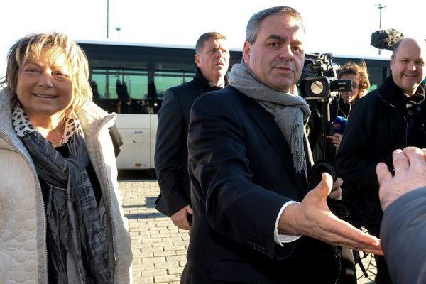 Xavier Bertrand, accompagné de Natacha Bouchart, est allé à la rencontre des salariés du port de Calais.