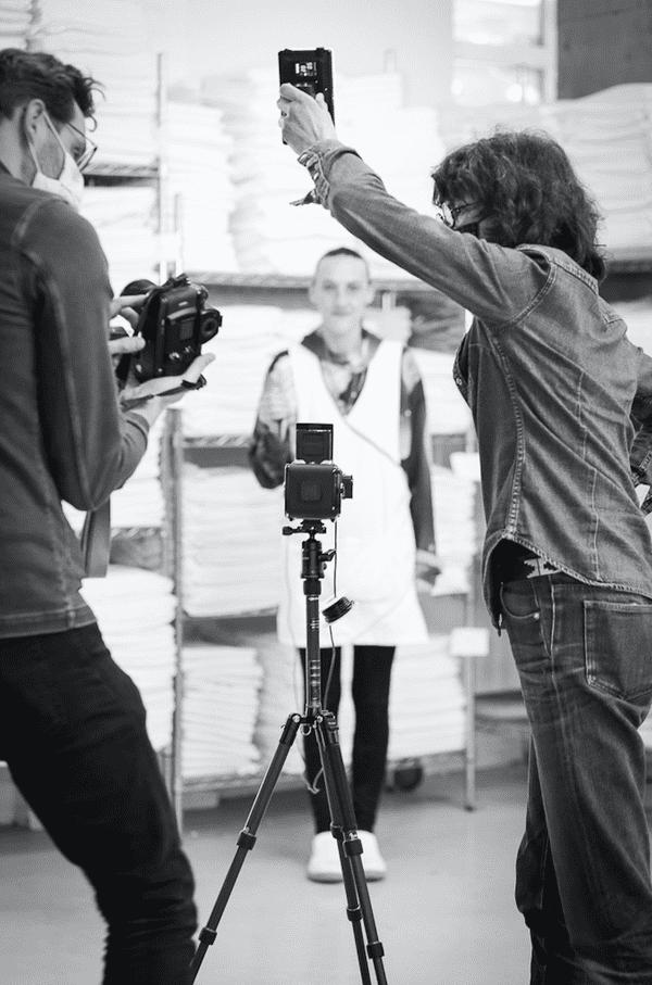 Sabine Rousselin, agent d'entretien d'articles textile, se prend en photo devant les deux photographes / © Nora Khalloul