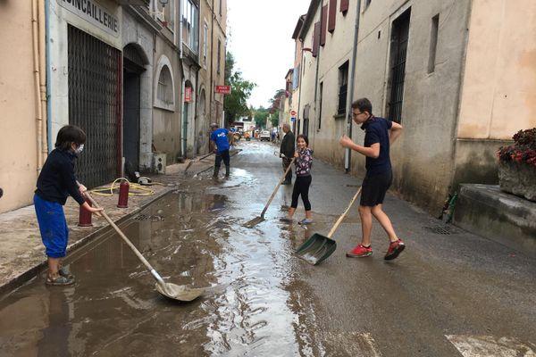 Anduze - Les habitants nettoient les routes, recouvertes de boue - 20.09.20
