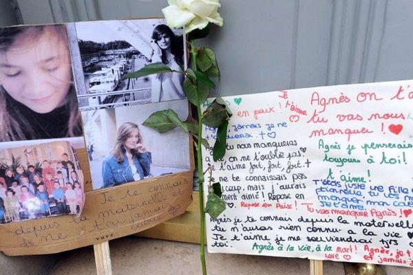 Des messages et des fleurs sont déposés, le 21 novembre 2011, devant le domicile familial à Paris, d'Agnès, collégienne de 13 ans, violée et assassinée le 16 novembre par un lycéen de son établissement au Chambon-sur-Lignon.
