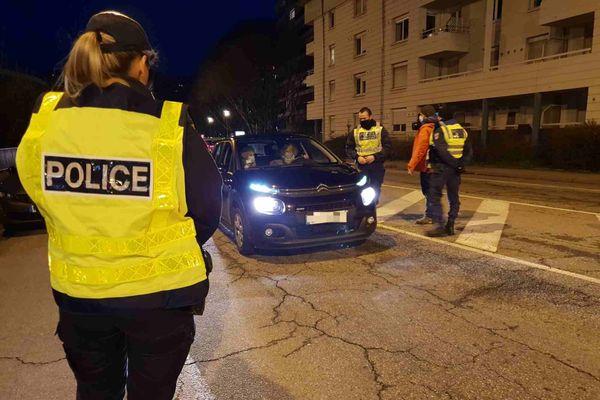Contrôle de police au début du couvre-feu à Chambéry