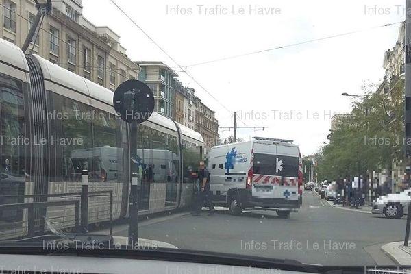 Une ambulance privée a percuté vers 16h mardi 13 août un tramway dans le centre-ville du Havre.
