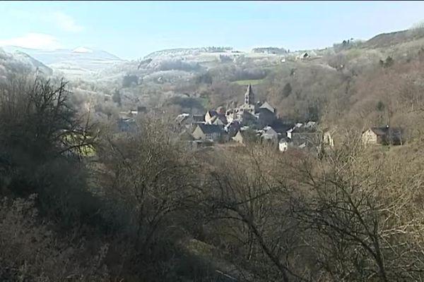 La basilique d'Orcival et le village.