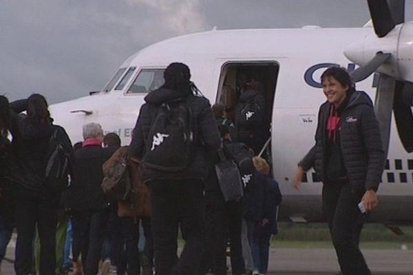 Les joueuses de Fleury Loiret Handball, à l'aéroport, ce samedi matin. Elles embarquent pour le Danemark.