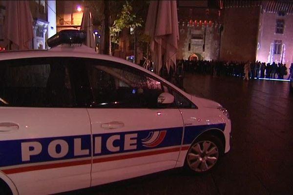 300 policiers municipaux et nationaux, en civil ou en tenue, ont manifesté leur ras-le-bol samedi soir à Perpignan. - 22/10/2016