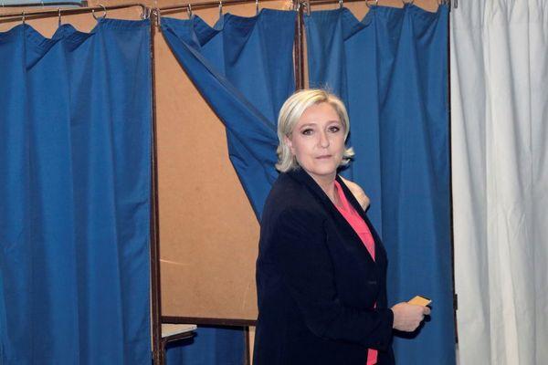 Marine Le Pen sortant de l'isoloir après son vote du second tour à Hénin-Beaumont (Pas-de-Calais) le 7 mai.