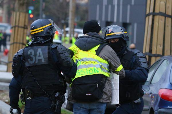 Le 22 décembre 2018, 25 personnes ont été interpellées en marge d'une manifestation de gilets jaunes à Amiens.  Pour éviter de nouveaux débordements, le préfet à émis un arrêté préfectoral interdisant les rassemblements du 28 décembre au 2 janvier.