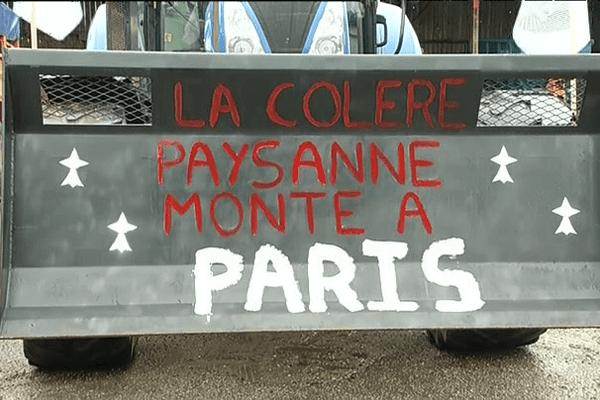Les tracteurs affichent les slogans de la manifestation