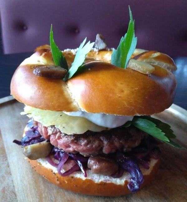 Le kazbar burger :pain bretzel tartiné de bibeleskaese, chou rouge et marrons,tome welsh au pinot gris