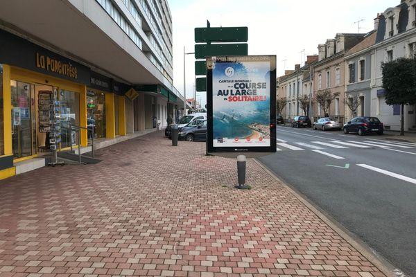 Un panneau de promotion du Vendée Globe, bien solitaire dans les rues des Sables-d'Olonne.
