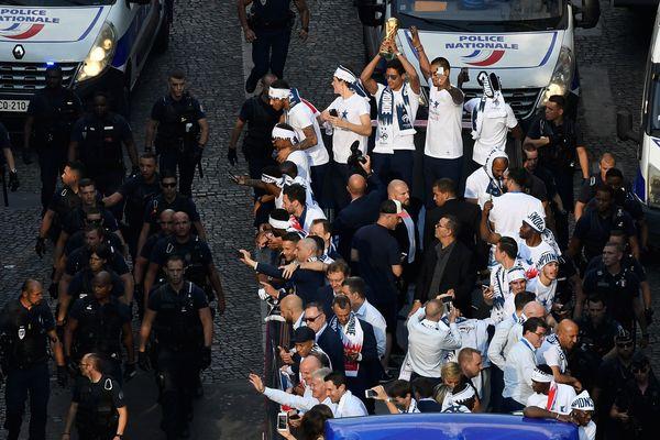 L'équipe de France, championne du monde, sur les Champs-Elysées, le 16 juillet 2018.