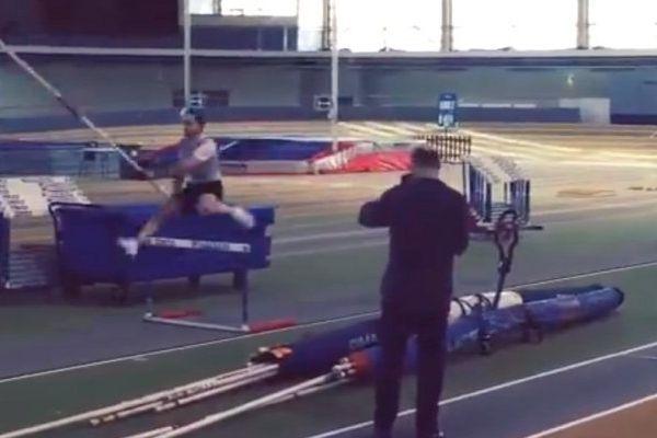 Deux haies et une barre à cinq mètres : c'est la nouvelle discipline qu'a imaginée le champion, record mondial du saut à la perche.