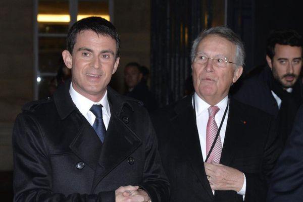 Le Premier ministre, Manuel Valls, aux côtés de l'ancien garde des Sceaux Henri Nallet, lors d'une conférence de la Fondation Jean-Jaurès à Paris, le 10 décembre 2014. (MIGUEL MEDINA / AFP)