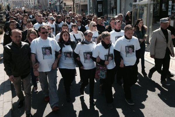 Un long cortège silencieux dans Calais à la mémoire de Chloé. En tête les parents de la petite fille enlevée puis tuée.