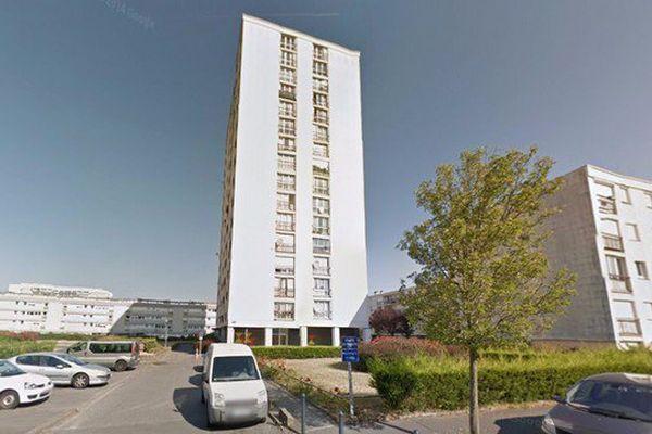 Un incendie a détruit la cabine d'ascenseur de cette tour de 15 étages 2 square des Rochelets à Nantes, 28 personnes ont été intoxiquées par les fumées