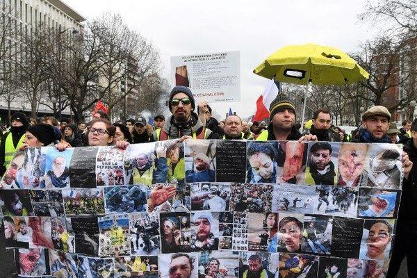 Le 26 janvier dernier à Paris, les Gilets Jaunes affichent les visages des personnes blessées pendant les rassemblements.