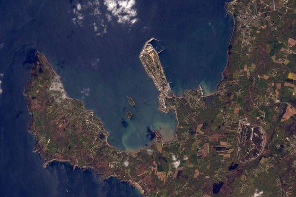 La base des sous-marins nucléaires de l'île Longue, en rade de Brest (29), prise de l'espace par l'astronaute Thomas Pesquet