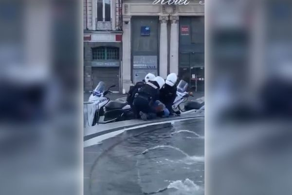 La vidéo de l'interpellation d'un homme de soixante ans sur la Grande Place de Lille fait polémique depuis sa diffusion sur les réseaux sociaux