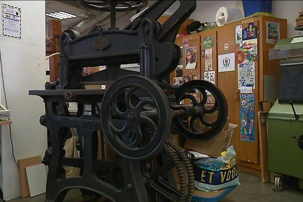 Une presse à percussion de Gutenberg au beau milieu de l'imprimerie communale de Nice