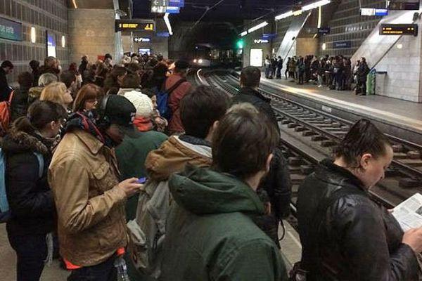 Archives : des clients de la TCAR attendant le passage d'un métro à la station Gare-Rue Verte un jour de grève