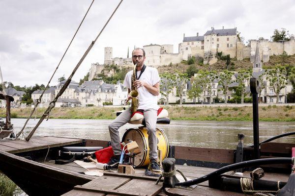 Mister Bishop sur l'île de Tours le long de la Vienne en train de jouer du saxophone.