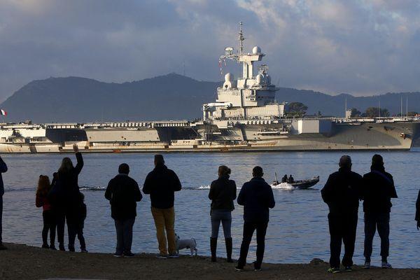 Le porte-avions Charles de Gaulle de retour à Toulon pour 18 mois, ce 14 décembre en rade.