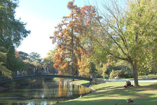 Le jardin public de Bordeaux, est conçu sur le modèle de parc à l'anglaise. Il offre un espace vert et un moment de déconnexion aux bordelais, en plein centre-ville.