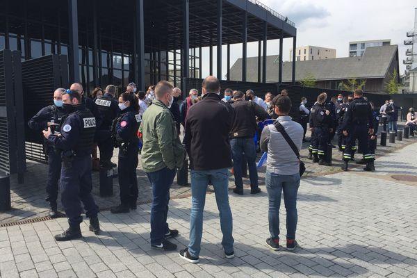 """Une centaine de policiers devant le palais de Justice de Nantes à l'initiative du syndicat Alliance pour dénoncer le """"laxisme"""" des juges dans l'affaire des policiers brûlés de Viry-Châtillon"""