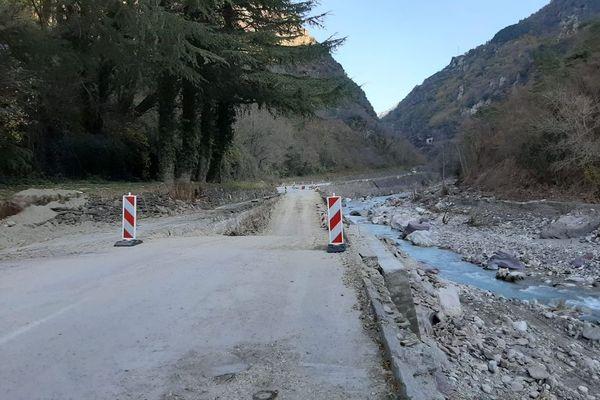 La route départementale a été remblayée pour permettre un accès routier entre Fontan et Saint-Dalmas-de-Tende.