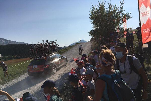 Marc Hirschi, suivi de la voiture de son équipe.