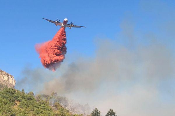 Un Dash bombardier d'eau a été déployé sur l'incendie qui touche la commune de Digne-les-Bains