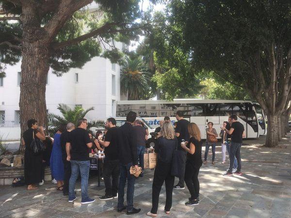 Face au centre d'impôts, à quelques mètres de la mairie, les employés désireux de manifester se sont réunis au pied d'un arbre pour le spuntinu protestataire.