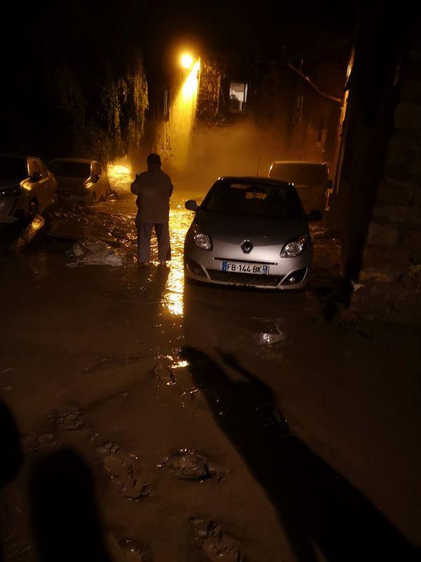 La boue a circulé sur l'artère principale du village.