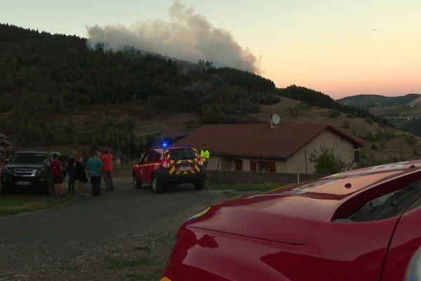 Le feu sur la commune de Valla-en-Gier (Loire) a brûlé une trentaine d'hectares samedi 5 septembre, malgré plusieurs largages d'eau d'avions de type Dach.