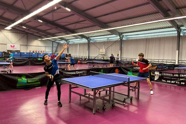 Damien Llorca en bleu, et Lucas Créange, en rouge. Ce dernier s'entraîne au club de tennis de table de Metz, en Moselle, pour se préparer aux Jeux Paralympiques de Tokyo.