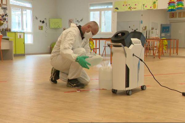 Roland Le Joliff prépare son détergent pour désinfecter deux salles qui accueilleront bientôt des enfants.