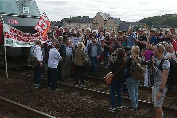 Arrêt du train Paris-Cahors en gare d'Argenton-sur-Creuse (Indre) par les habitants de la ville qui n'en peuvent plus de voir passer les trains.