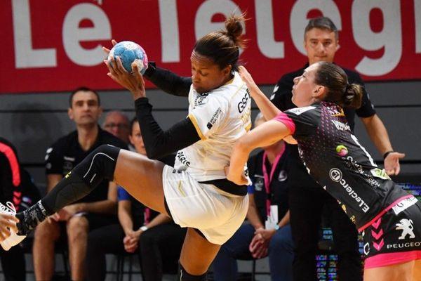 La championne du monde multi-titrée Allison Pineau, ici face à Monika Kobylinska (BBH), ne jouera plus sous les couleurs du Paris 92 la saison prochaine (illustration).