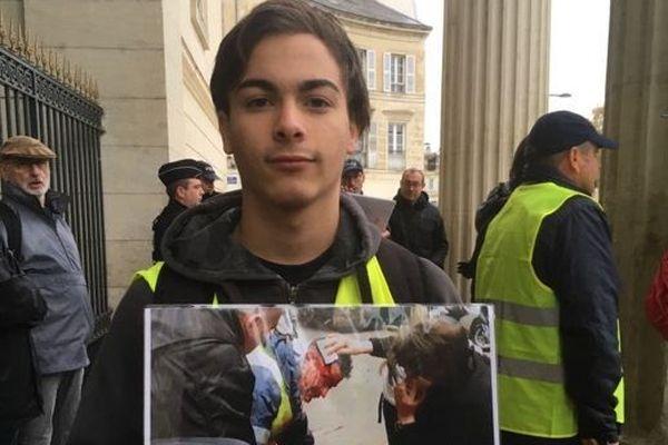 """Un jeune """"gilets jaunes"""" devant le tribunal de Périgueux manifeste pour le premier anniversaire du mouvement."""
