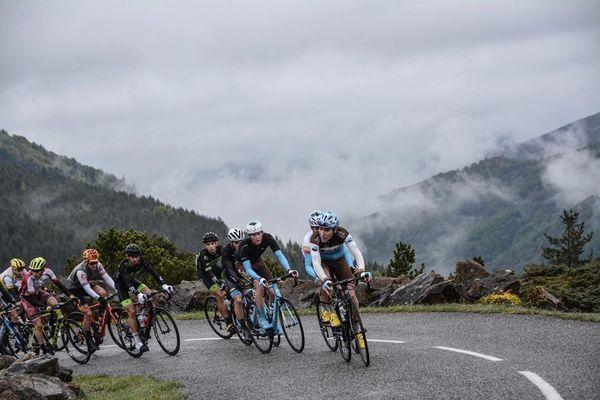 Les jeunes coureurs cyclistes en pleine ascension lors de la 4ème étape de la Ronde de l'isard 2019.